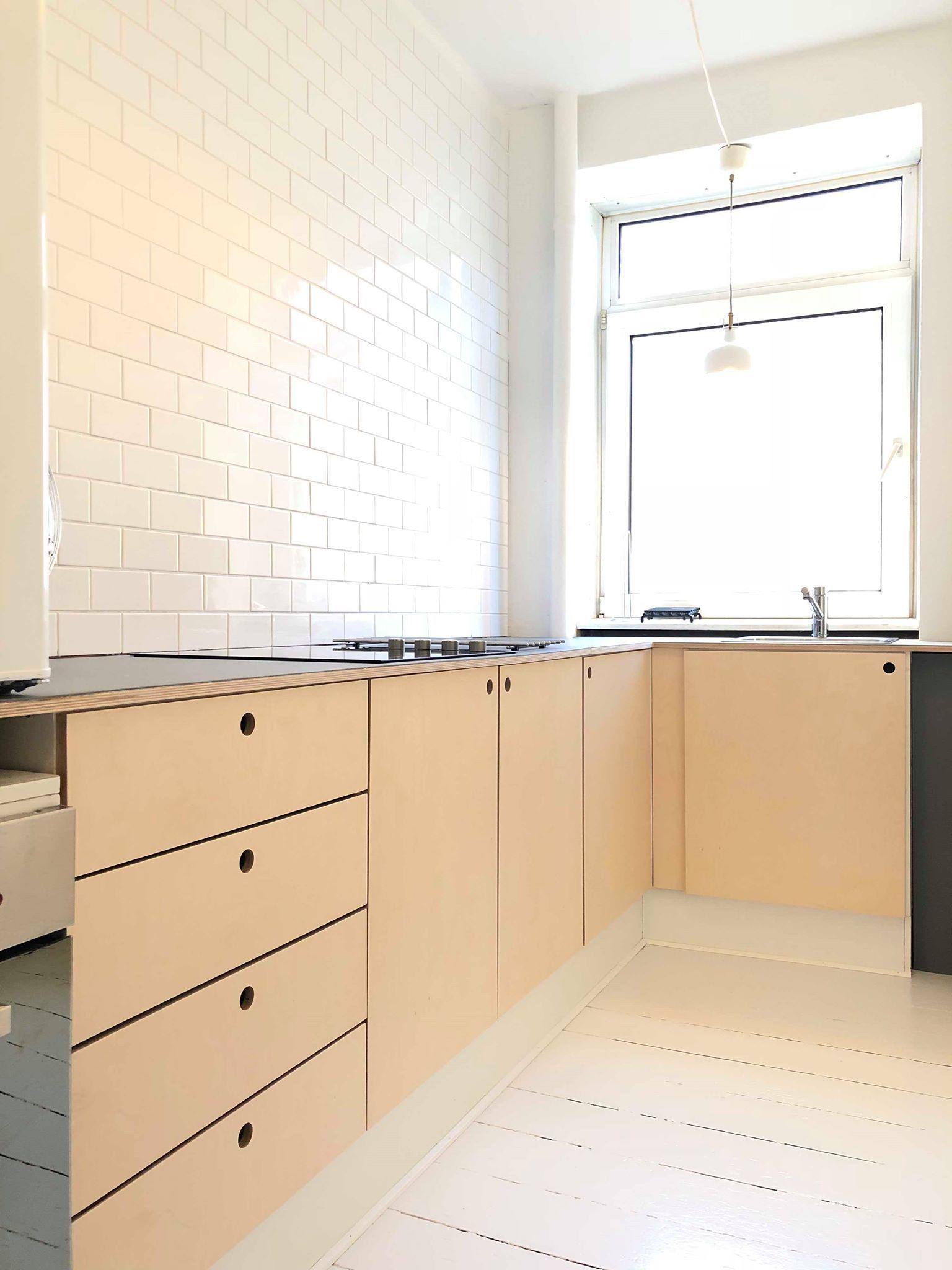 Køkken, fronter, lakeret birkefiner og linoleum