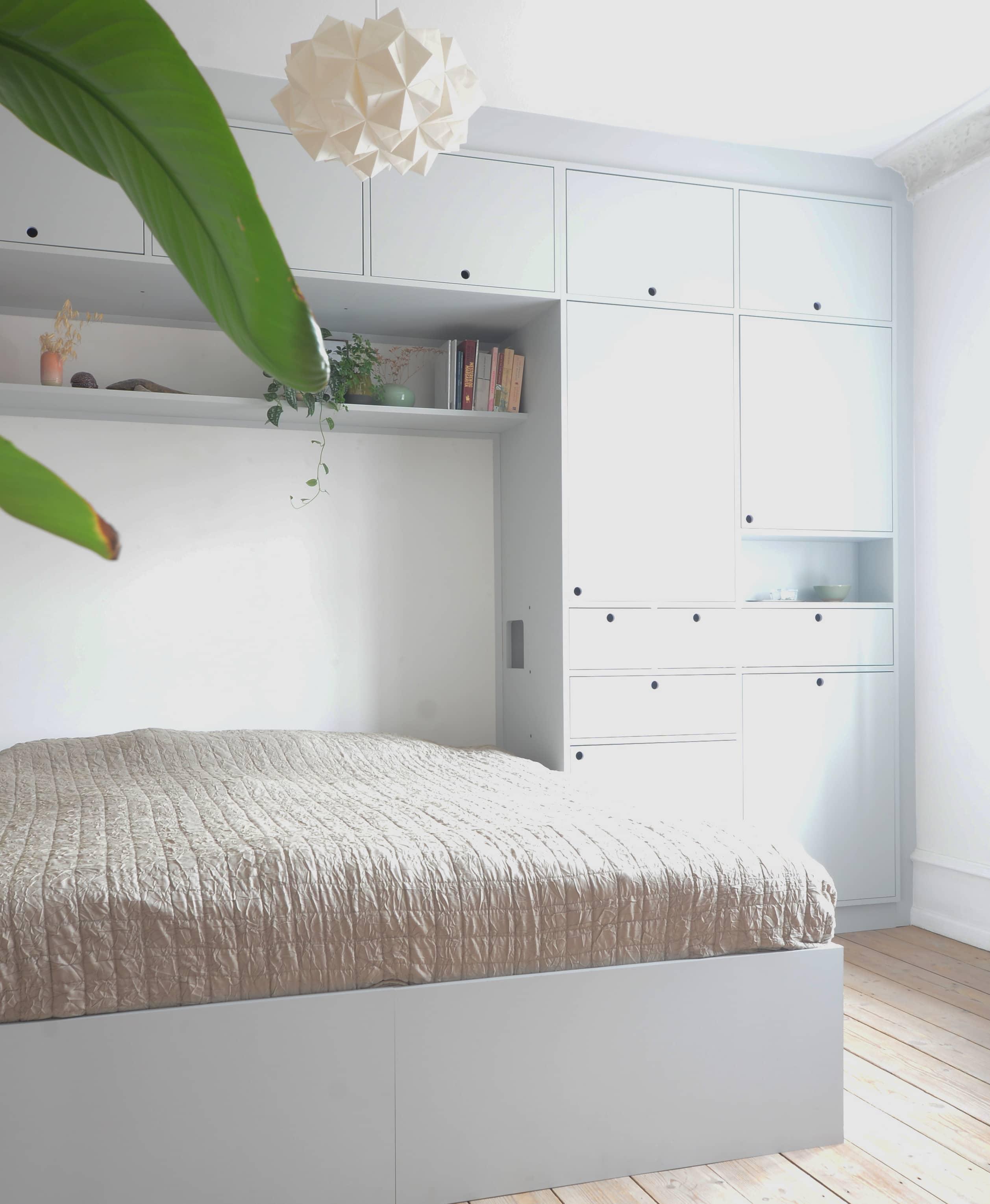 Skab, skabsvæg, indbygget seng, malet birkefinér